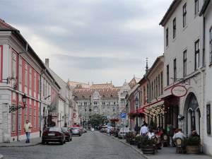 La rue Fortuna avec l'édifice des Achives Nationales de Hongrie au fond