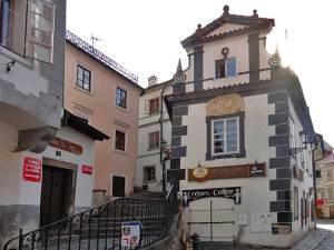 Escaliers sur la gauche de la rue Latrán menant au château