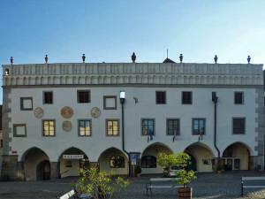 La Mairie et le Musée de la Torture sur la Place Centrale