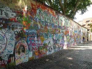 Le Mur John Lennon en face de l'ambassade de France