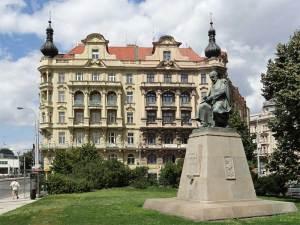 La Place Jirásek avec la statue du célèbre écrivain tchèque