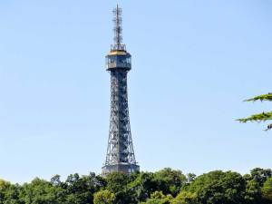 La Tour de la colline de Petrín ressemblant à la Tour Eiffel