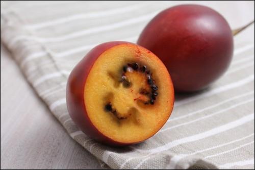 Ce fruit, dit aussi « tomate en arbre », est de forme ovale et mesure 5 à 10 cm de long. Sa peau est lisse et satinée.