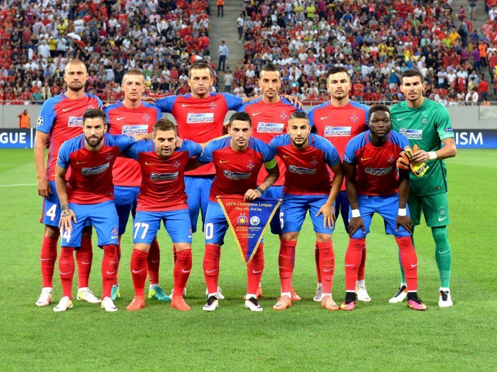 Fotbalistii Stelei pozeaza inaintea partidei