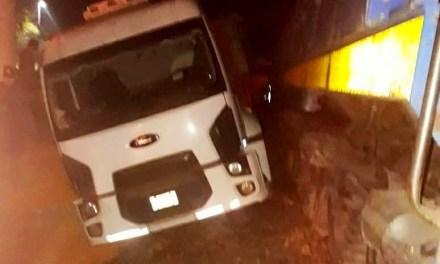 Un camionero herido al ser embestido por una locomotora