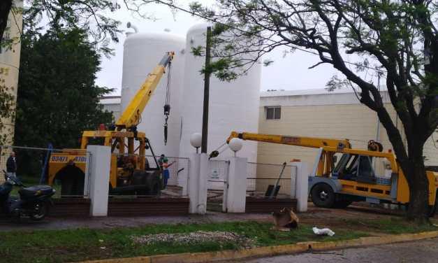 Instalaron dos cisternas al lado del tanque de agua