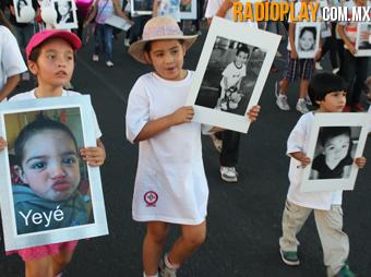 49 niños cargaron las fotografías de los pequeños fallecidos.