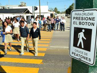Estrenan vecinos de San Pedro nuevo cruce peatonal