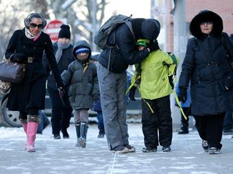 Cierran escuelas y oficinas en EU por frío