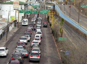 Filas de hasta 2 kilómetros reportan en garita de Nogales