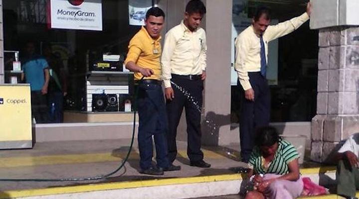 Empleados de Coppel en Nayarit humillan a indigentes