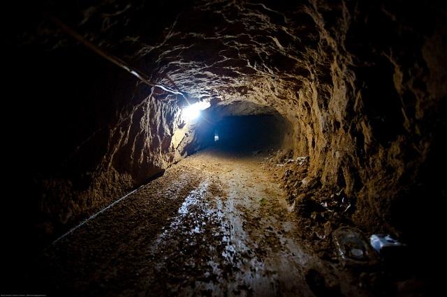 Bajo túneles de millones de dólares