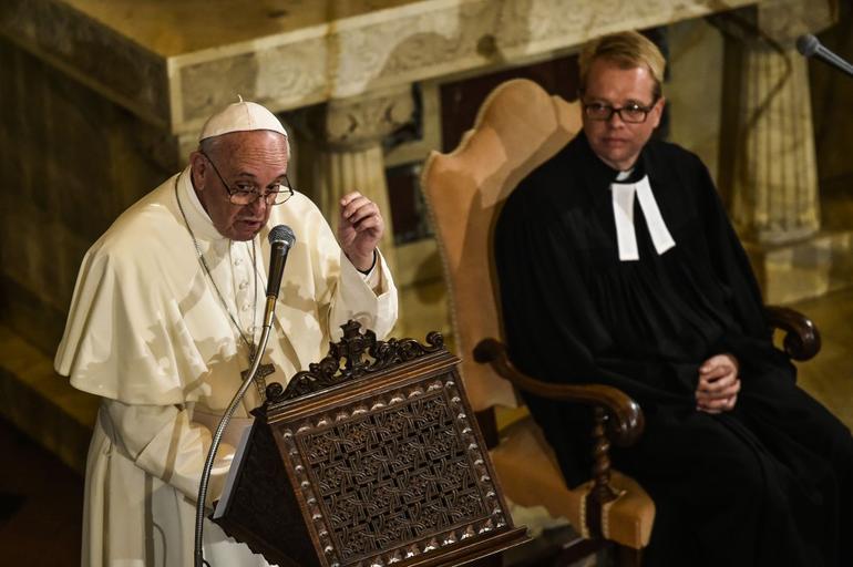 """Bergoglio dai Luterani: nessuna condanna per chi non va a Messa. Dio punisce solo chi """"fa muri"""""""