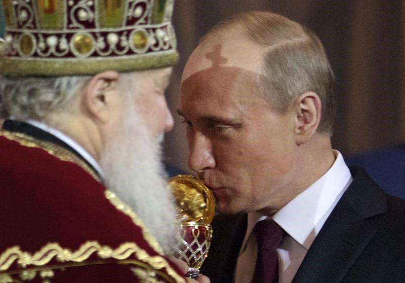 La croce proiettata dalla mitra del papòs sul capo del Presidente russo a testimonianza della sua presunta investitura, tra le immagini che più hanno 'eccitato' l'immaginario byzanteen.