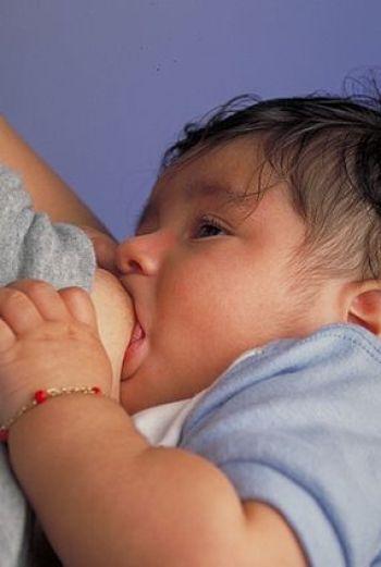 English: Breastfeeding an infant Português: Um...