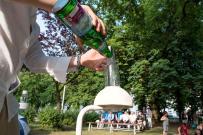 Huey Walker füllt Wasser nach und reguliert die Menge und Geschwindigkeit des Tröpfelns.