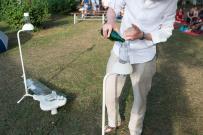"""Huey Walker fungiert in der Installation """"Droops"""" als Wasserträger und Tropfenverwalter."""