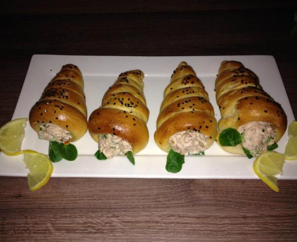 Kegelvormige broodjes met tonijnsalade