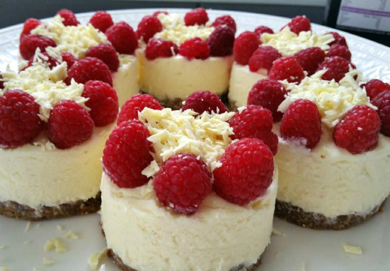 Mini cheesecakes met witte chocolade en frambozen - Chocolade en witte badkamer ...