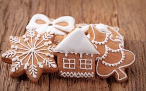 ws_New_Year_Gingerbread_Ornaments_1680x1050