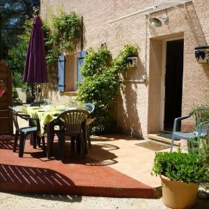 Terrasse entree au soleil - Gite et Roulotte Entre Vignes et Oliviers - Massillargues-Attuech - Gard