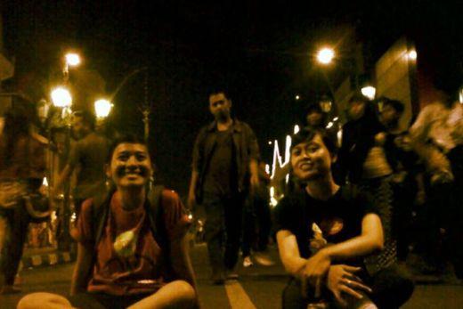 Ah, kapan lagi coba bisa gelesotan di Jalan Malioboro kalo bukan pas Ultah Jogja :)