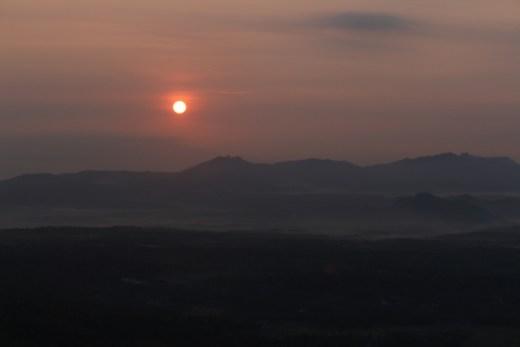 sunrise gunung gambar