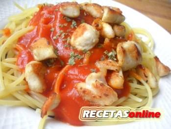 Espaguetis con salsa de tomate y pollo - Recetas de cocina RECETASonline
