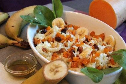 Ensalada africana de arroz con plátano, calabaza y vinagreta de curry picante