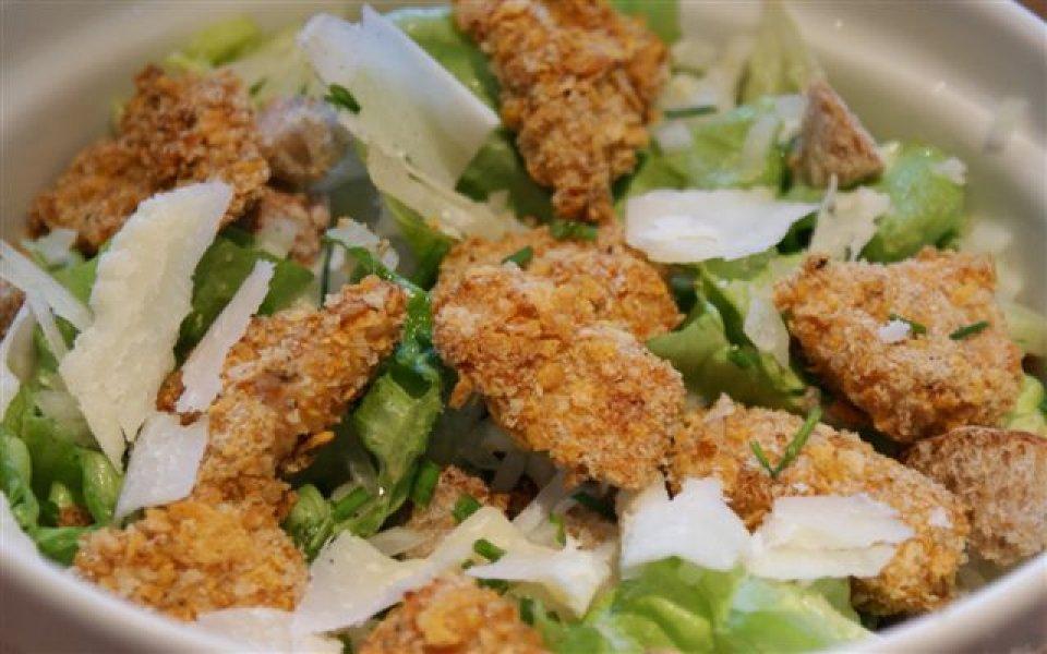 Salade aux nuggets de poulet maison