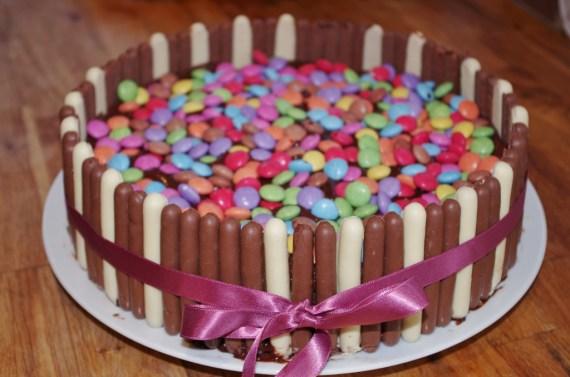 Moelleux au chocolat décoré au smarties - recette de gâteau d'anniversaire  - Cuisine maison  © par Fanny GRW - Recettes d'ici et d'ailleurs