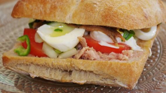 véritable pan bagnat - Cuisine niçoise © par Fanny GRW - Recettes d'ici et d'ailleurs