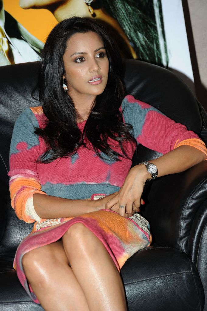 Cute Tamil Actress Wallpapers 15 Photos Of Indian Kim Kardashian Quot Priya Anand