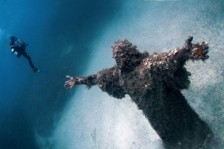 Chrystus z figurą Abyss we Włoszech