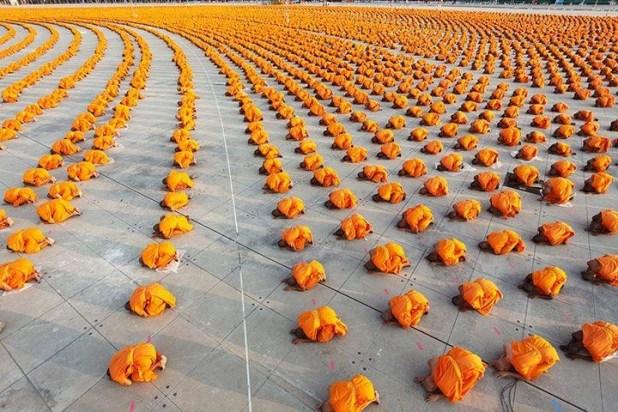 Monjes rezando con una alineación perfecta de lado a lado