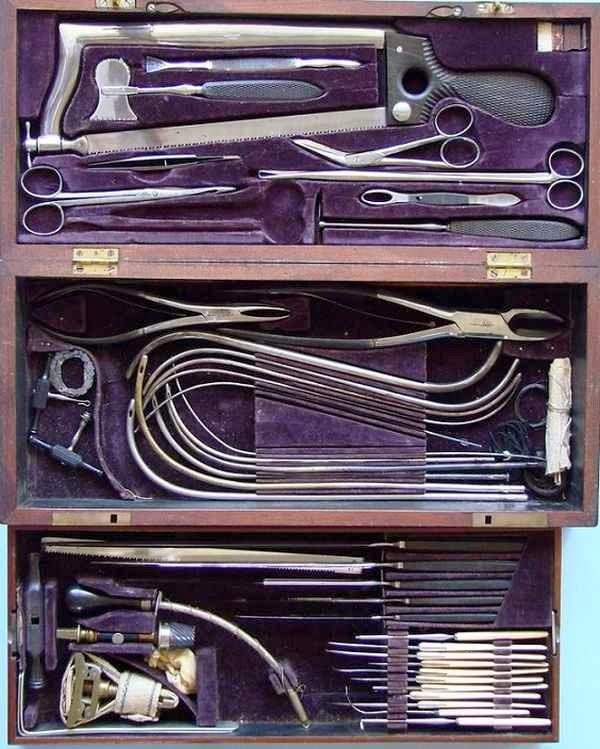 Kit de un cirujano usado durante la guerra civil en Estados Unidos. Read more: http://www.husmeandoporlared.com/2014/02/antiguos-tratamientos-medicos-