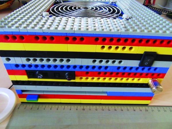 En poco más de 20(veinte) cm de lado cabe esta mini Personal-Computer ideal para usarse como Media Center; y si hablamos con piezas LEGO nos ahorraremos el coste del gabinete.