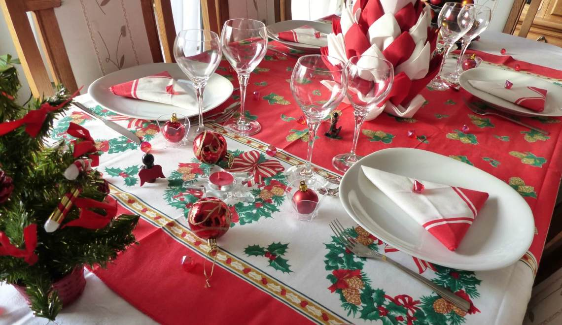 D corer votre table pour un no l festif regardailleurs - Decoration table de noel rouge et or ...