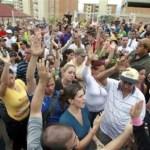 """Los propietarios del complejo de Miravila levantan la mano para mostrar que permanecerán en la propiedad para evitar que sean tomado por ocupantes """"ilegales""""."""