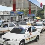 Las estaciones de servicio están llenas de conductores para surtir combustible.