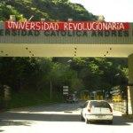 """La UCAB amaneció """"roja rojita"""" en protesta por la Ley de Universidades."""