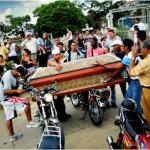 Al menos en ocho entierros a la semana se producen atracos en las autopistas. Los tiros al aire se dan en bloques.