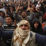 Las fuerzas leales al dictador luchan intensamente con los opositores en las poblaciones de Zauiya y Sabratha. El regimen intenta blindar la capital, donde concentra a numerosos soldados y mercenarios.