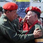 """(foto- archivo) Chávez imponiendo la condecoración """"4 de febrero"""" a varios militares"""