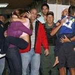 Los padres abrazaron a sus hijos alegres con el rescate. Podran dormir en los brazos de sus padres. Gracias a Dios.