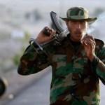 Un rebelde fuma un cigarrillo en un puesto de control de Brega, el pasado 3 de marzo. Los insurrectos, muchos de ellos con escasa o nula formación militar, tomaron los arsenales del este, tras la huida de las fuerzas leales de Gadafi.