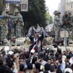 La policía egipcia hace frente a los manifestantes que han protagonizado una protesta al término de las oraciones del martes, en El Cairo.