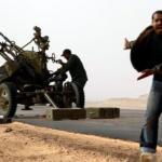 Rebeldes libios chocan con las fuerzas leales a Muamar Gadafi en Ras Lanuf. (Reuters)