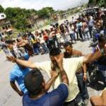Un grupo de pastores de Liberados en Marcha se acercaron a orar con los familiares de los reclusos.