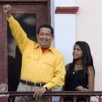 Ahora, Chávez hasta acepta usar otros colores distintos al rojo.